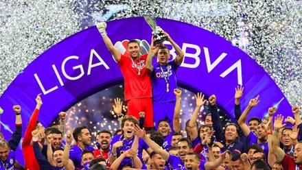 Cruz Azul levanta el trofeo de campeón de la Liga MX