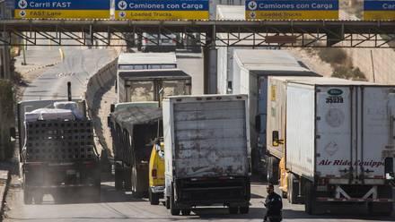 Camiones de carga hacen fila en la Garita de Otay, cruce fronterizo entre México y EU.