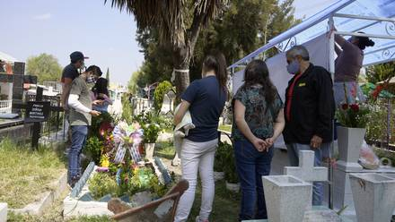 Familia en un panteón México