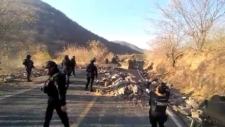SSP-Michoacán desbloquean carreteras