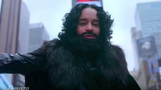 Emilia Clarke se transforma en Jon Snow (VIDEO)