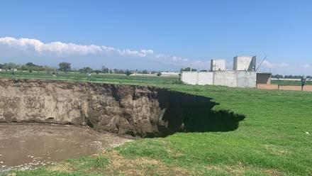 Un enorme socavón se abrió en medio de campos de cultivo en Puebla