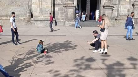 Niño que pide dinero es fotografiado en Guadalajara