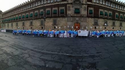 Integrantes del Movimiento Nacional de Profesionales de Nutrición frente a Palacio Nacional