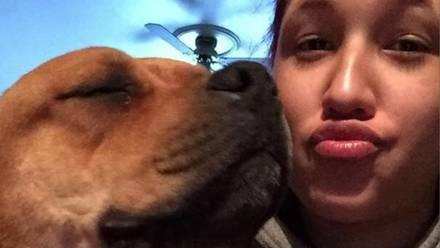 Asha Nieves con su perrito
