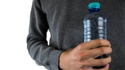 Llevar una botella de agua en el automóvil puede ser un peligro.