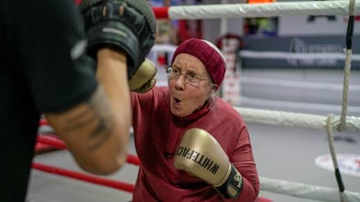 Parkinson: Mujer de 75 años practica boxeo para combatirlo (VIDEO)