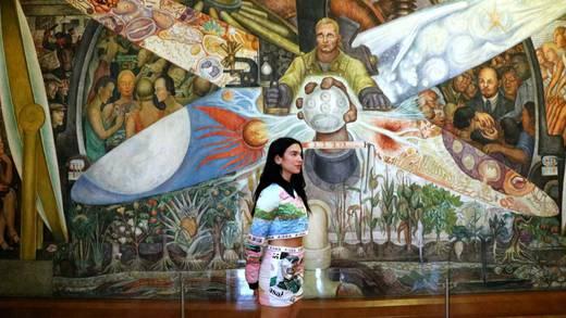 Dua Lipa visita el Museo del Palacio de Bellas Artes