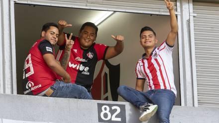 Fans de Chivas y Atlas