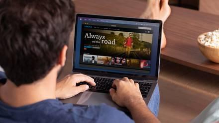 Persona buscando película en internet.