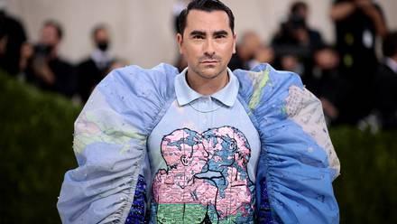 Dan Levy asiste al Met Gala 2021, con un traje que habla de la homofobia.
