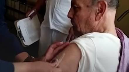 Adulto mayor recibe vacuna Covid-19