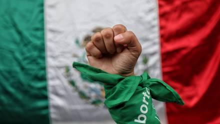CIUDAD DE MÉXICO, 07SEPTIEMBRE2021.- De manera histórica la Suprema Corte de México ha despenalizado el aborto tras una decisión votada por unanimidad de los ministros en pleno para  declarar inconstitucional el aborto en Coahuila y en todo el país. Una vez que se fijó jurisprudencia, se obliga al resto de los jueces de los estados a reconocer como inconstitucional las disposiciones legales que buscan criminalizar el aborto. En la imagen una mujer posa con pañuelo verde símbolo del aborto legal, frente a una bandera de México. FOTO: ANDREA MURCIA /CUARTOSCURO.COM