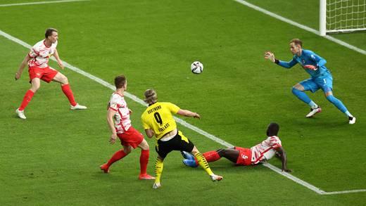 Erling Haaland humilla a Dayot Upamecano en la final de la Copa de Alemania