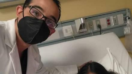 Médico aparece junto a niña