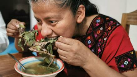 Diputada de Oaxaca disfruta de un caldo de rata