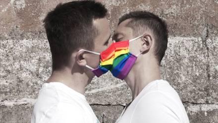 Pareja gay regala cubrebocas LGBT
