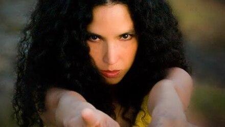 Tania se desarrolla profesionalmente como pianista, compositora y cantante.