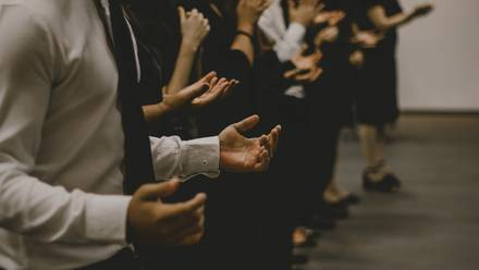 Fieles rezando